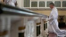 Малтийски свещеник на Porsche забърка скандал с деца в Малта
