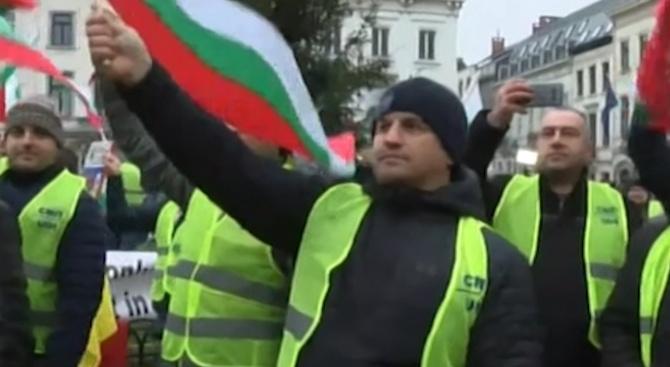 Български превозвачи протестират със  Стани, стани юнак балкански в Брюксел заради пакета Макрон