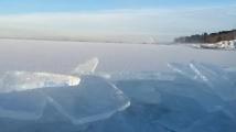 Ледът върху езерото Мичиган се троши като стъкло