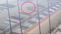 6-годишно момиченце падна от 26-ия етаж... след което стана и си тръгна