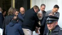 Закопчаха Джулиан Асанж в еквадорското посолство в Лондон