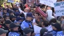 Сблъсъци и протести посрещнаха сръбския президент в Тирана