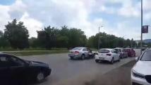 Млад шофьор влачи жена по пътя, след като ѝ удари колата и се опита да избяга