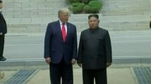 Тръмп се ръкува с Ким. Той е първият действащ президент на САЩ, стъпил в КНДР