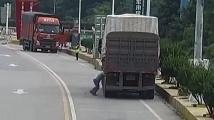 Гума на камион експлодира в лицето на шофьор