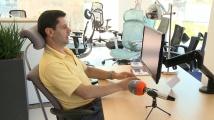 Експерт съветва как трябва да седим правилно в офиса и как да подберем най-подходящия за нас стол