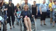 Манолова седна в инвалидна количка, за да изрази съпричастността си към хората с увреждания