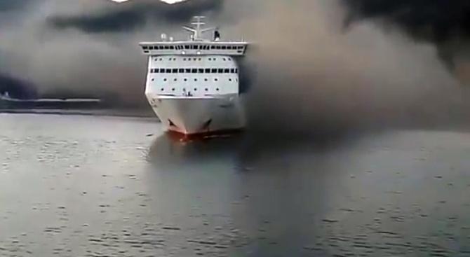 Ферибот се запали в Гърция. Евакуираха пътници