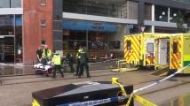 Мъж с нож нападна хора до търговски център в Манчестър
