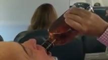 Пътници пият и се молят, когато разбират, че единият двигател на самолета е повреден