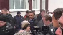 Руска селянка коленичи пред Дмитрий Медвевев
